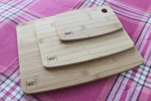 Set of 3 bamboo chopping boards on a picnic blanket (3 different sizes)