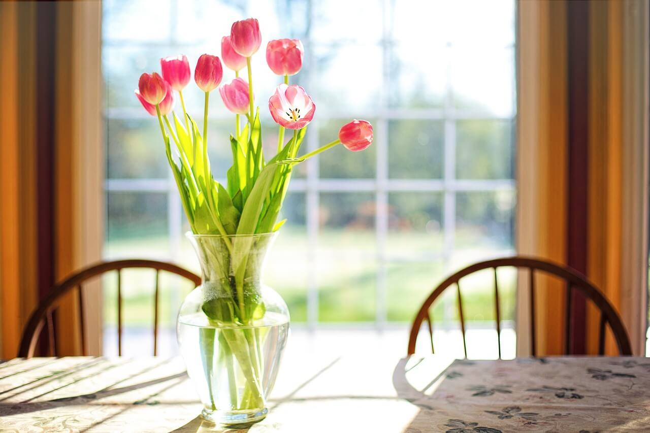 Flowers : Vase of tulips on a table