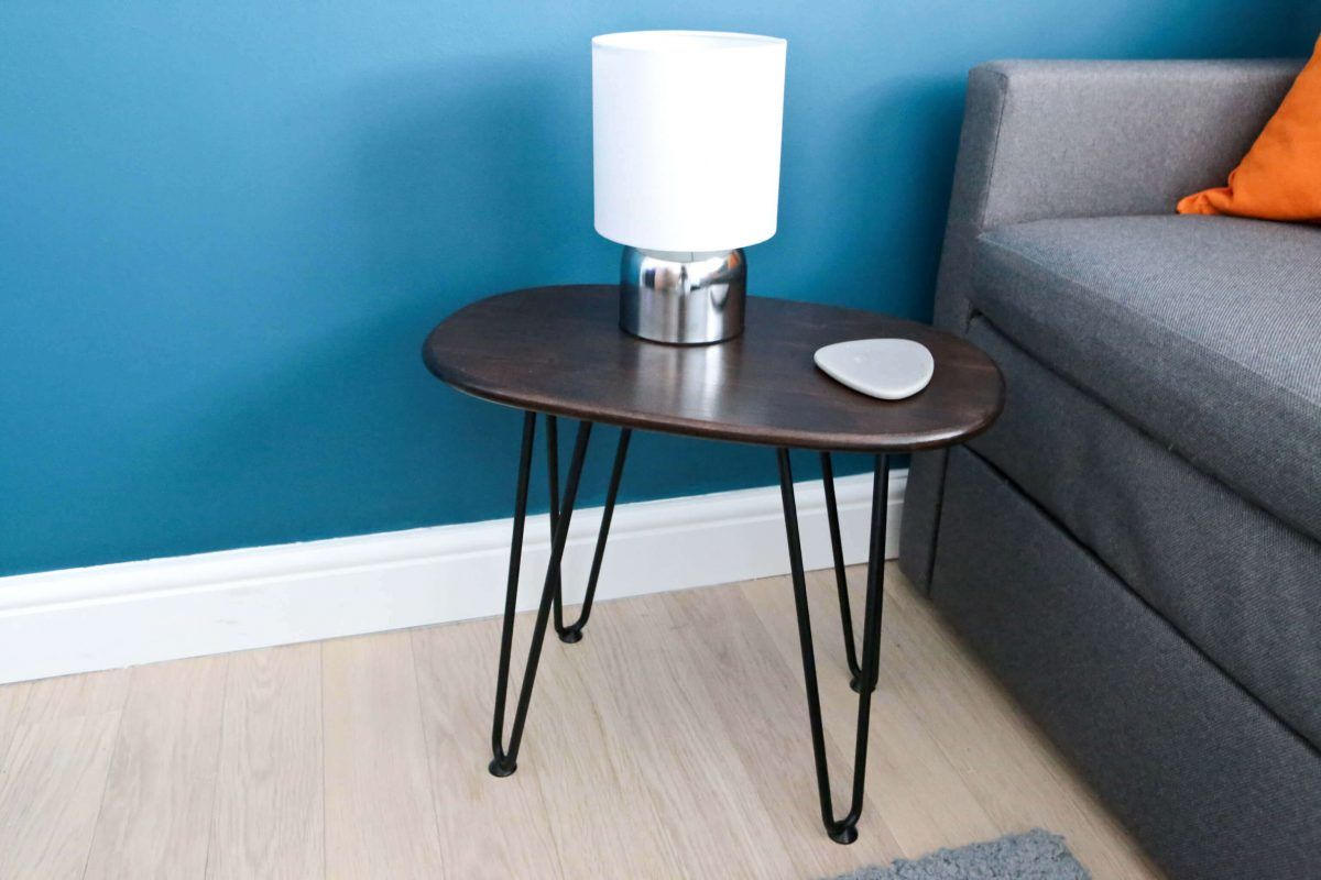 DIY Retro Side Table - The finished table with a lamp and coaster on it in the newly decorated guest room